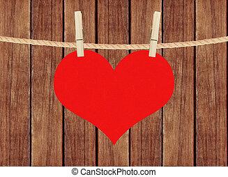 rött hjärta, hänga, på, klädnypor, över, trä plankor,...