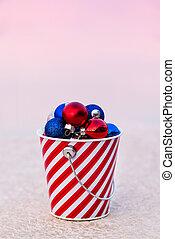rød, blå hvide, kugler, indsaml, ind, stribet, spand, hos, solnedgang, by, den, jul, decor
