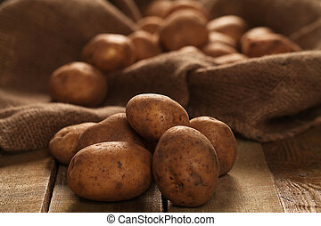 rústico, batatas, unpeeled, escrivaninhas