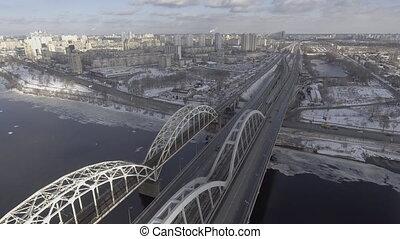 rüber fliegen, der, eisenbahnbrücke, und, trasskoy, bei, wohngebiet, leute, gehen, arbeiten, in, büro, straße, winter
