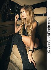 rücksitz, junger, auto, blond, sitzen, frau, luxus, nacht