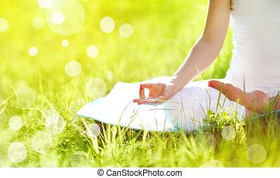 ręka, od, kobieta rozmyślająca, w, lotosowe położenie, practicing, yoga