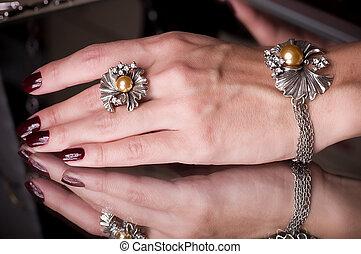 ręka, z, złoty, biżuteria, na, czarnoskóry
