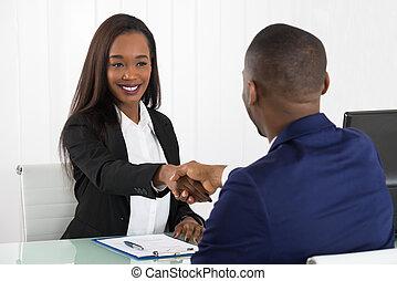 ręki potrząsające, dwa, biuro, businesspeople