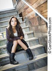 raça misturada, adulto jovem, retrato mulher, ligado, escadaria