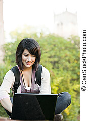 raça misturada, estudante universitário, com, laptop