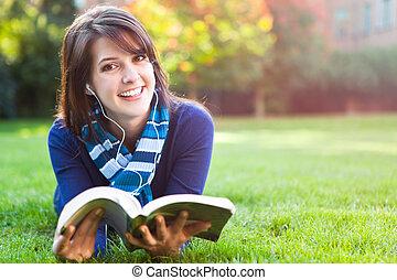 raça misturada, estudante universitário, estudar