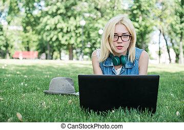 raça misturada, estudante universitário, sentando