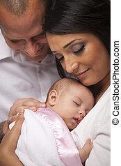 raça misturada, família jovem, com, bebê recém-nascido