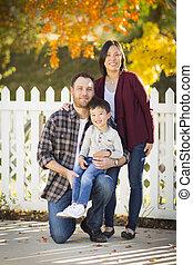 raça misturada, família jovem, retrato, ao ar livre