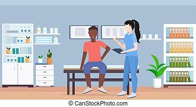 raadgevend, concept, kantoor, moderne, therapist, vrouwlijk, sportende, lichamelijk, arts, klembord, vasthouden, interieur, verwond, patiënt, zittende , therapie, horizontaal, medisch, handleiding, bed, amerikaan, afrikaans mannetje