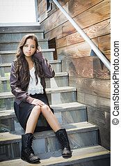 race mélangée, jeune adulte, portrait femme, sur, escalier
