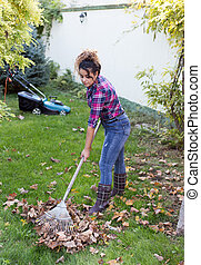 racler part, pelouse, femme