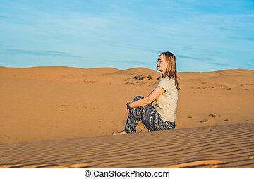 rad, jeune, désert, sablonneux, femme, coucher soleil