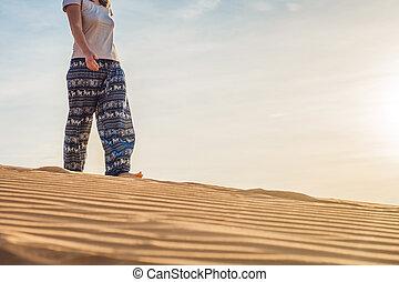 rad, sablonneux, désert, coucher soleil, femme, jeune