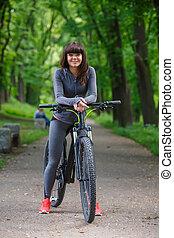 radfahrer, frau, fahren fahrrads, park