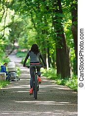 radfahrer, park, frau, fahrrad- reiten
