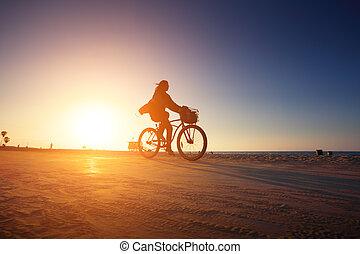 radfahrer, silhouette, reiten, entlang, sandstrand, an,...