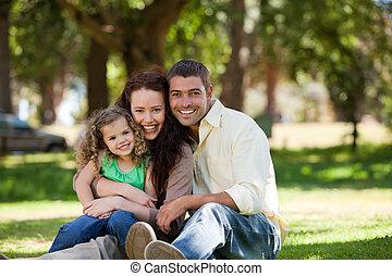 radiante, família, sentando, jardim