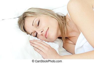 radiante, mulher, dormir, em, um, cama