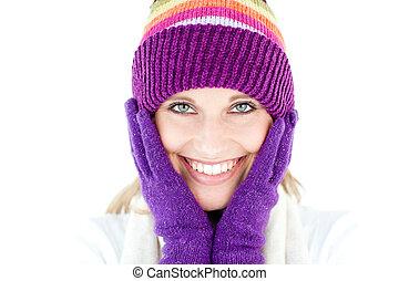 radiante, mulher jovem, com, boné, e, luvas, em, a, inverno, sorrindo, em, a, câmera, contra, um, fundo branco