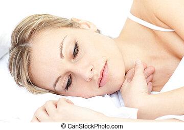 radiante, mulher relaxando, mentindo, ligado, dela, cama