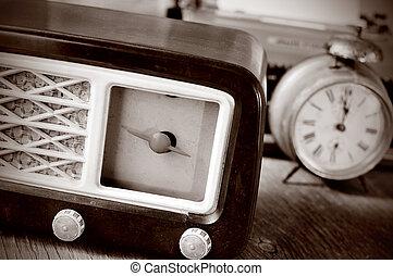radio antica, sveglia, e, macchina scrivere, in, sepia, intonando