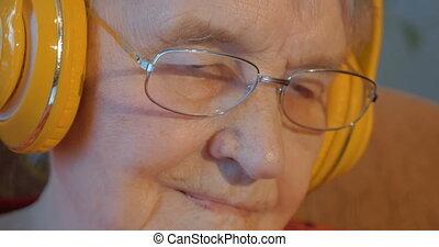 radiowy, starsza kobieta, słuchawki