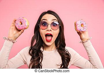 radość, na, długi, szykowny, dzierżawa, zachwycający, włosy, odizolowany, zabawny, okulary, dwa, tło, różowy, donuts, ciemny, kobieta twarz