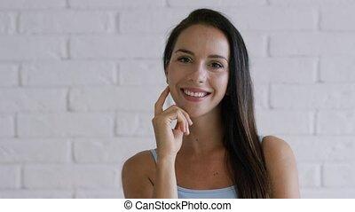 radosny, brunatny włos, kobieta