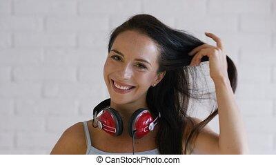 radosny, brunetka, słuchawki