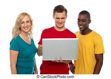 radosny, grupa przyjaciół, pracujący dalejże, laptop