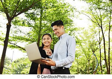 radosny, handlowy zaludniają, laptop, projekt, asian, nowy, dyskutując