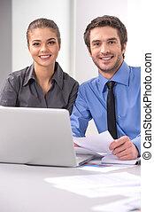radosny, handlowy zaludniają, posiedzenie na stole, z, laptop., młody, koledzy, posiedzenie, w, elegancki, biuro, pracujący dalejże, laptop, uśmiechnięty.