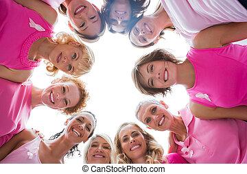 radosny, kobiety, w, koło, chodząc, różowy, dla, rak piersi