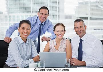 radosny, koledzy, przedstawianie, laptop, dookoła