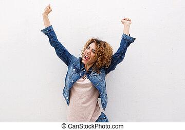 radosny, młoda kobieta, śmiech, z, herb podniesiony