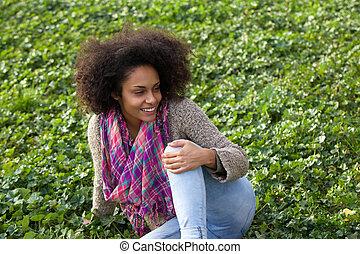 radosny, młoda kobieta, posiedzenie na trawie, outdoors