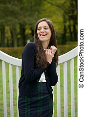 radosny, młoda kobieta, uśmiechanie się, outdoors, w parku