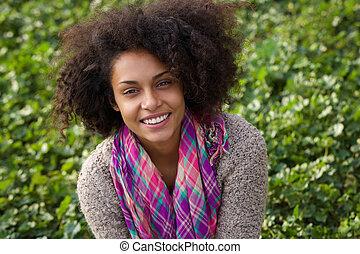 radosny, młody, afrykańska amerykańska kobieta, uśmiechanie się, outdoors