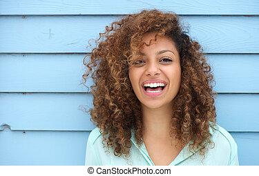 radosny, młody, afrykańska kobieta, uśmiechanie się