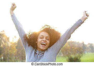 radosny, młody, czarna kobieta, uśmiechanie się, z, herb podniesiony
