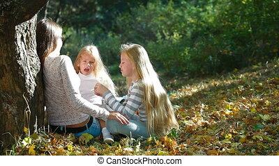 radosny, park, młoda rodzina