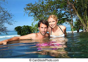 radosny, uciekanie się, para, kałuża, pływacki