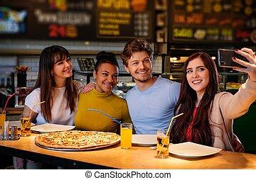radosny, wpływy, multiracial, pizzeria., przyjaciele, selfie