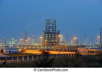 raffinaderij, industrieel planten aan, met, industrie, boiler, op de avond