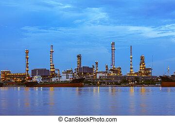 raffinerie pétrole, à, crépuscule, business, logistique, concept