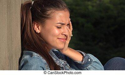 ragazza adolescente, senza speranza, pianto