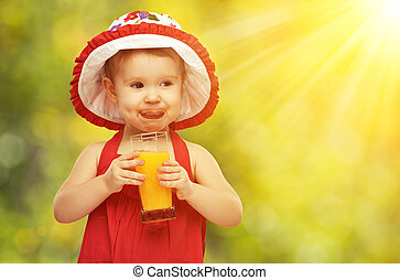 ragazza bambino, bere, succo arancia, in, il, estate