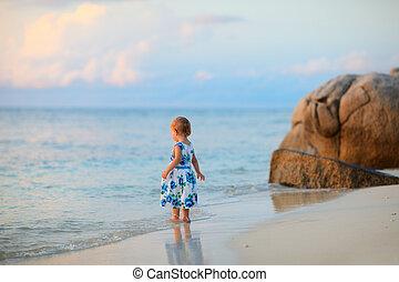 ragazza, bambino primi passi, spiaggia